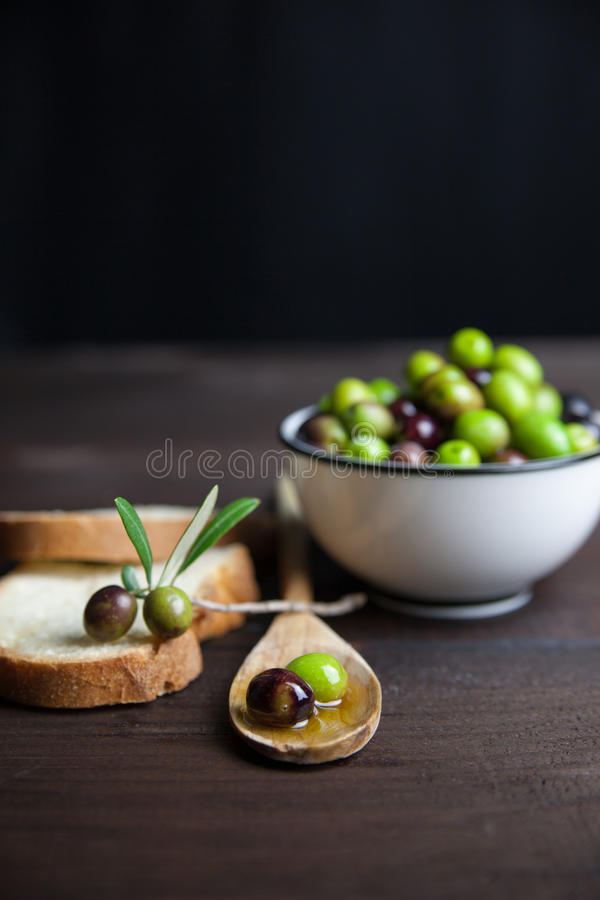 Olivenöl und Brot auf Holz stockfoto