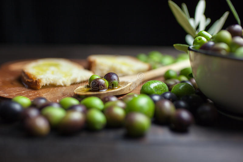 Olivenöl und Brot auf Holz stockfotografie