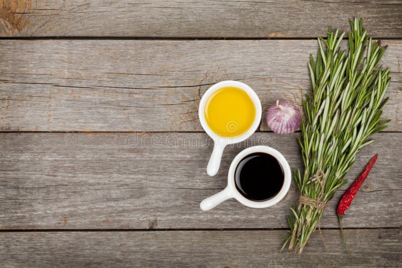 Olivenöl und Essig mit Gewürzen stockfotos