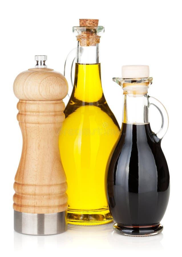 Olivenöl- und Essigflaschen mit Pfefferschüttel-apparat lizenzfreie stockbilder