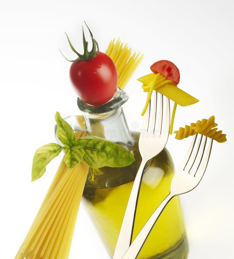 Olivenöl und Gabeln mit Teigwaren stockfotos