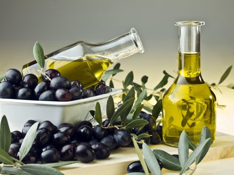 Olivenöl und Oliven lizenzfreies stockfoto