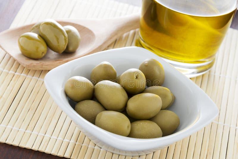 Olivenöl und Oliven lizenzfreies stockbild