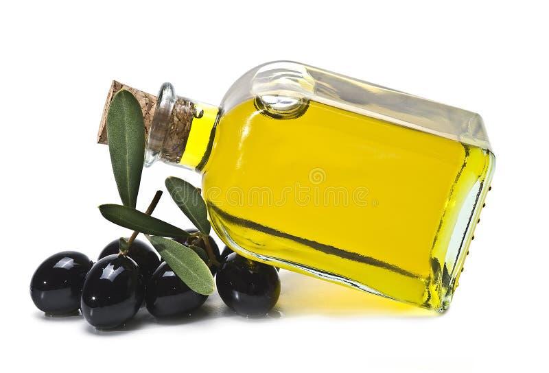 Olivenöl und schwarze Oliven lizenzfreie stockbilder
