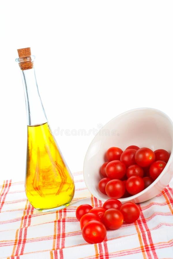 Olivenölflasche und Tomatekirsche lizenzfreies stockfoto