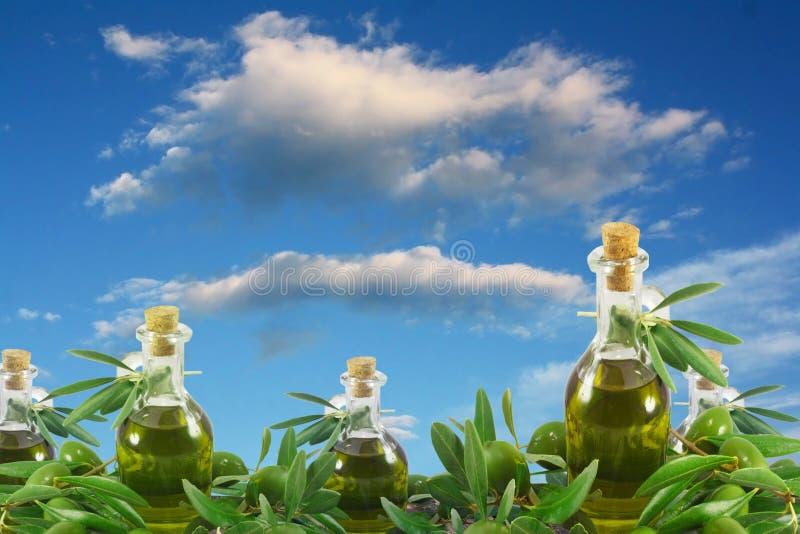 Olivenölflaschen und -oliven lizenzfreie stockbilder