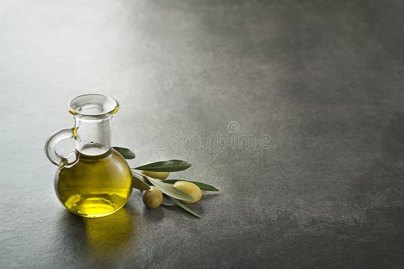 Olivenölflaschenhintergrund stockfoto