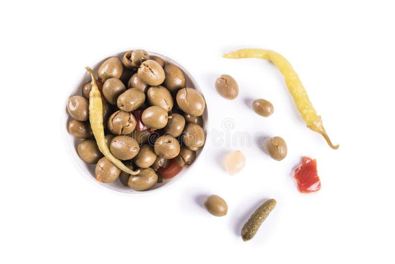 Oliven auf dem lokalisierten Reinweißhintergrund bereit verbraucht zu werden lizenzfreie stockbilder