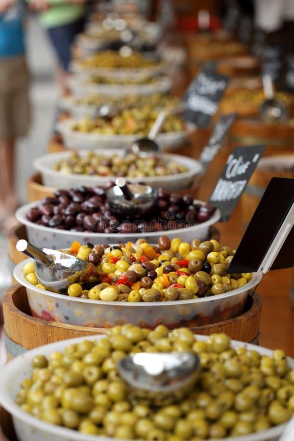 Oliven auf einem französischen Marktströmungsabriß stockfotografie