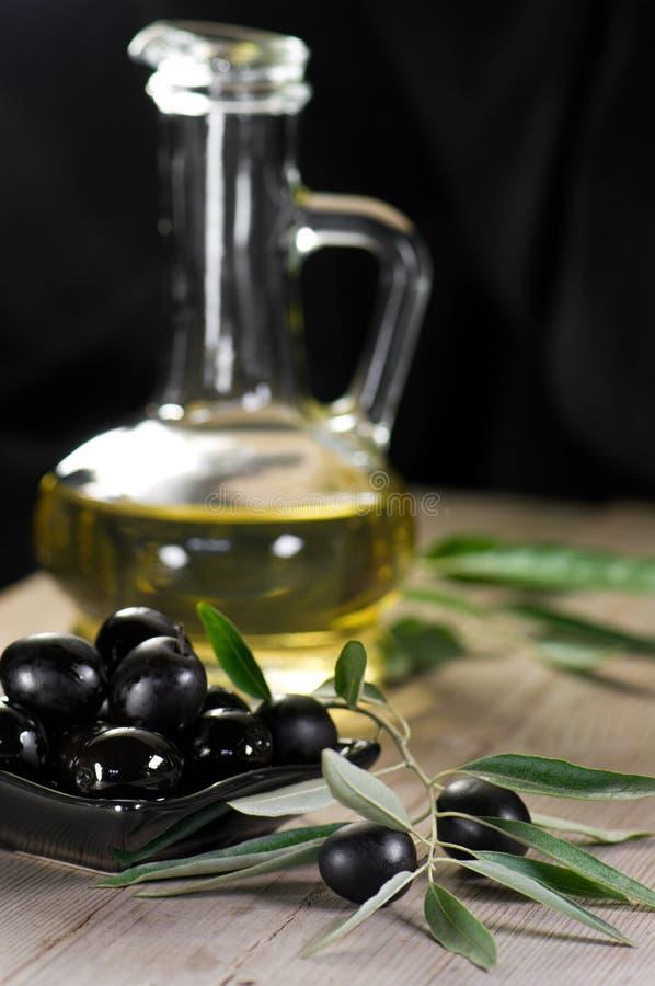 Oliven auf hölzernem Hintergrund lizenzfreie stockfotos