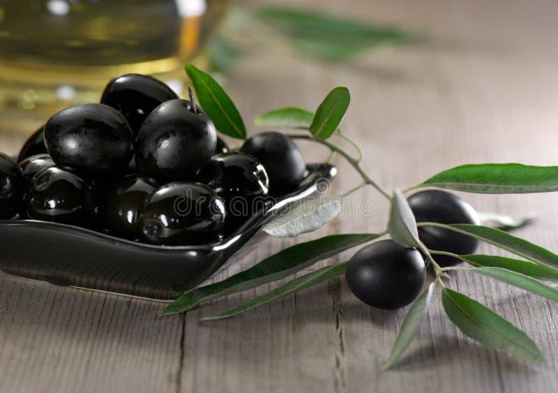 Oliven auf hölzernem Hintergrund stockfotografie