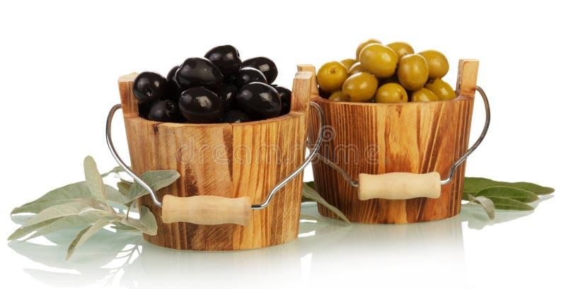Oliven in der hölzernen Schüssel lizenzfreies stockfoto