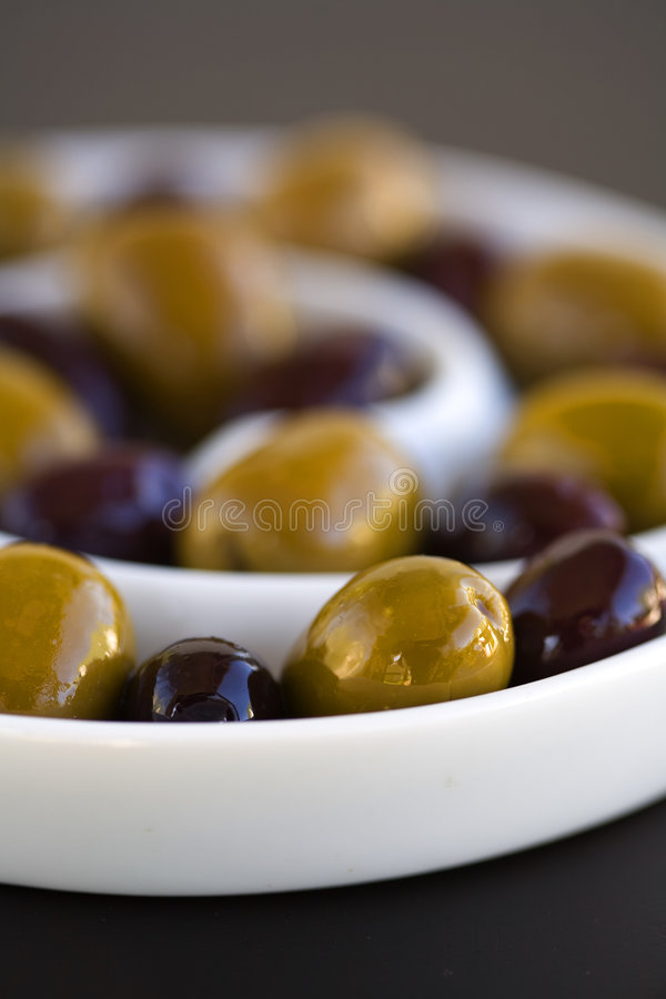 Oliven im gewundenem Schüsselgrün und -SCHWARZEM lizenzfreie stockfotos