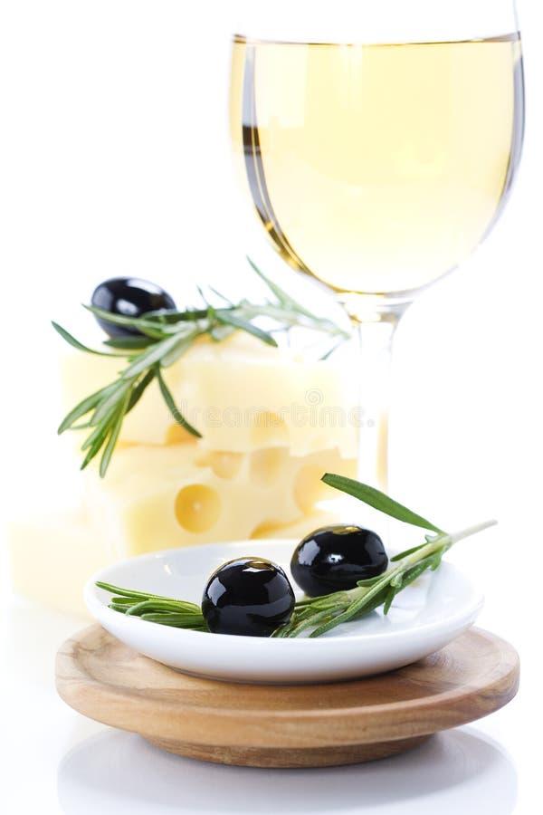 Oliven, Käse und weißer Wein stockbild