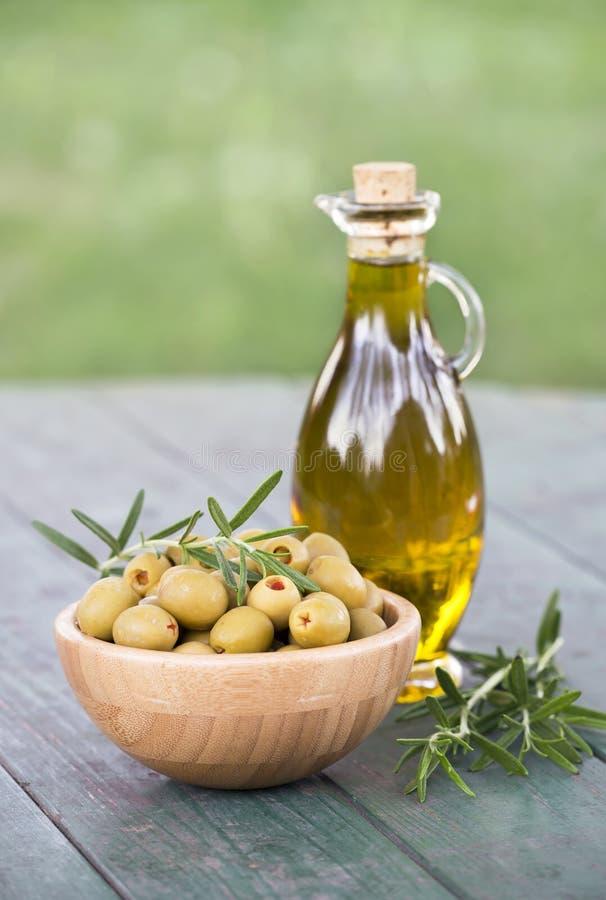 Oliven mit reinem ?l und Rosmarin lizenzfreies stockfoto