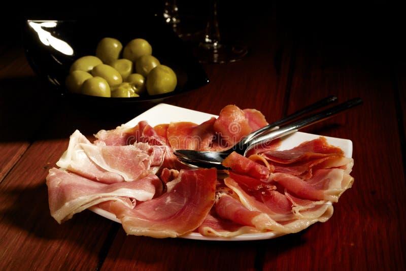 Oliven und spanischer kurierter Serrano Schinken lizenzfreies stockbild