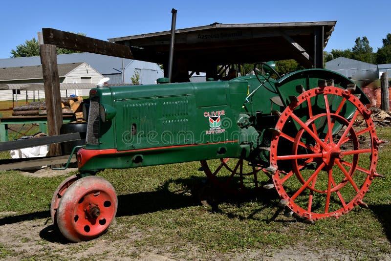 Oliver återställde traktoren för radskörden arkivfoto