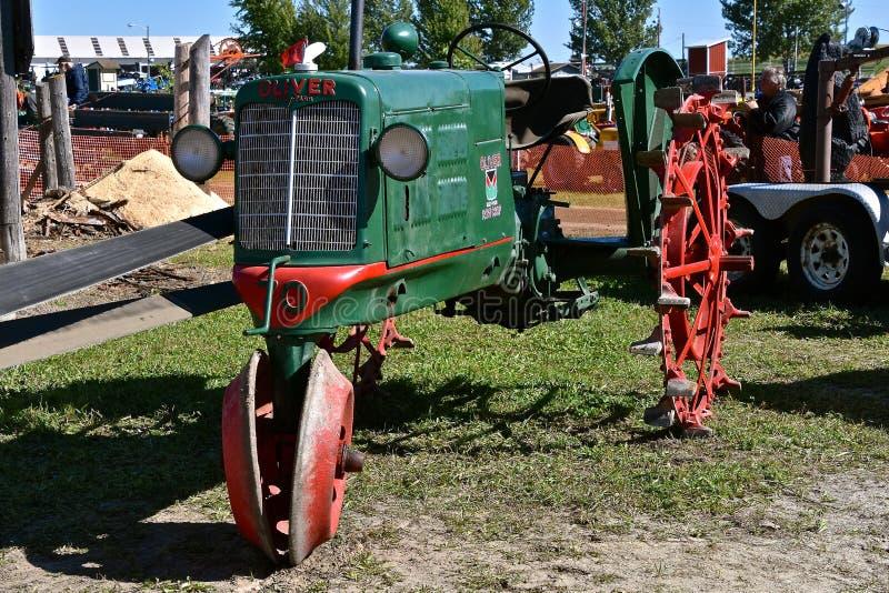 Oliver återställde traktoren för radskörden fotografering för bildbyråer