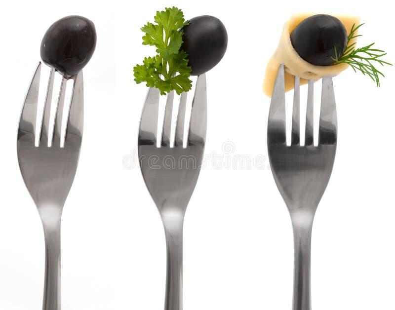 Olives avec du fromage et le persil sur une fourchette photographie stock