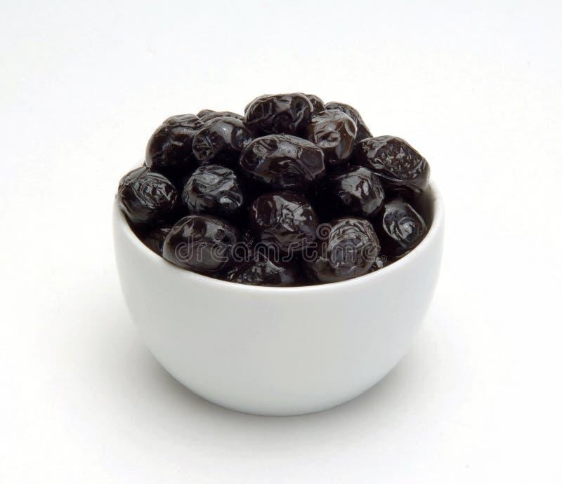 Olives dans la cuvette images stock