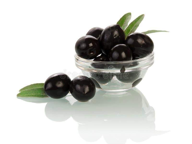 Olives dans le bol en verre image stock