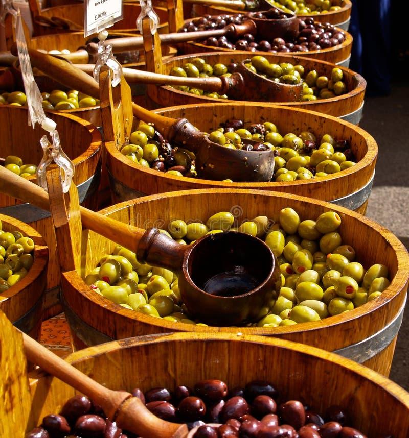 Olives dans les barrells. image libre de droits