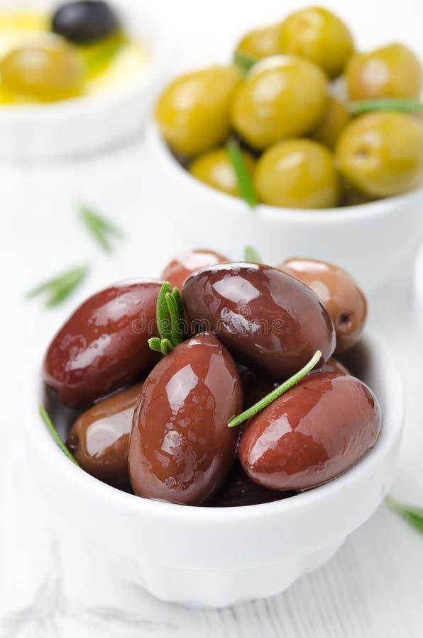 Olives de Kalamata dans un plan rapproché de cuvette image libre de droits