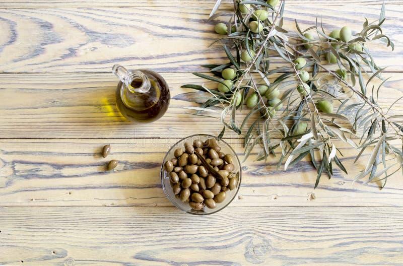 Olives et huile d'olive marinées photos libres de droits