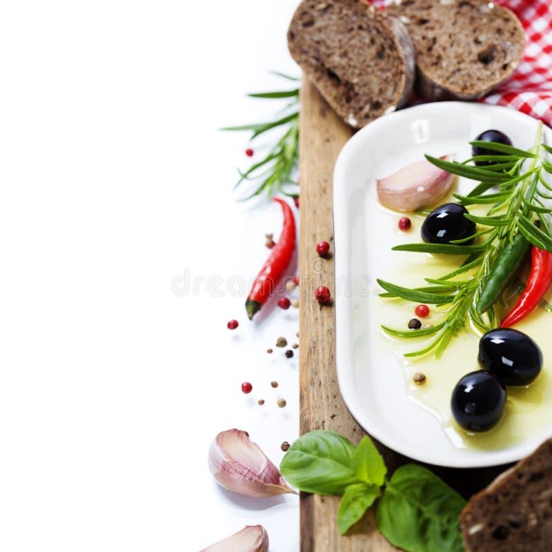 Olives et Olive Oil sur un vieux tablel photographie stock libre de droits