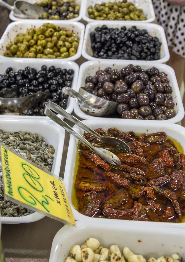 Olives et tomates sèches au marché image stock