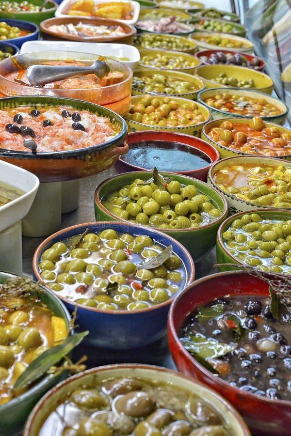 Olives marin?es avec des herbes sur un march? photo stock