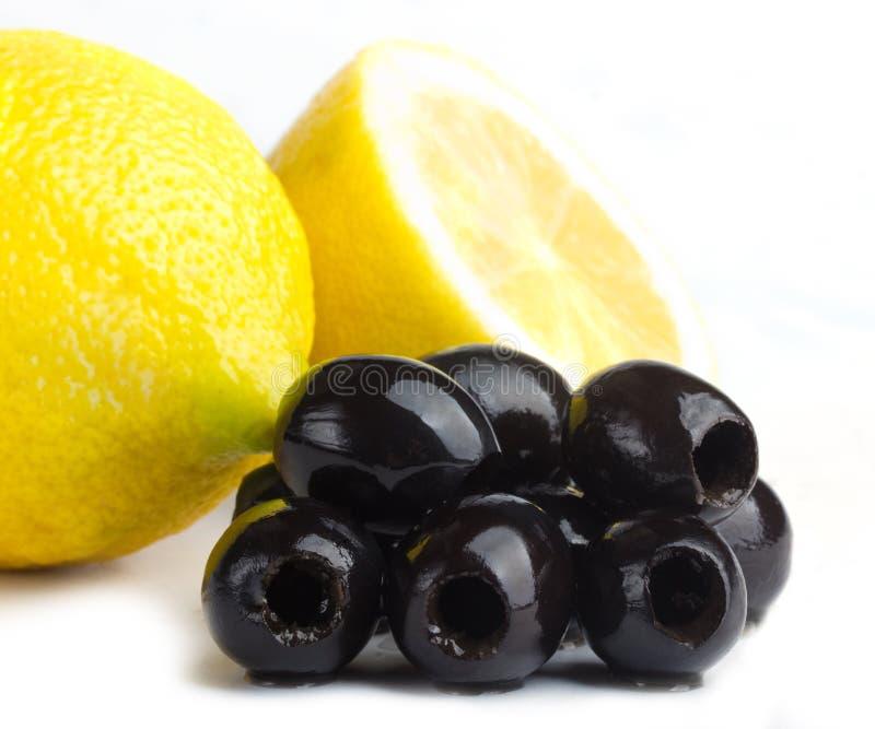 Olives noires et citrons frais images libres de droits