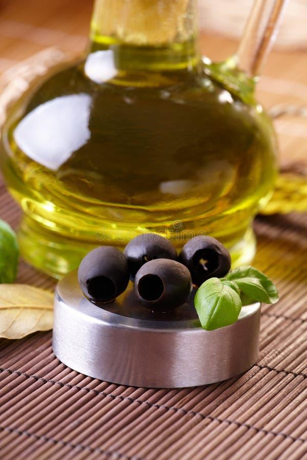 Olives noires et huile image libre de droits
