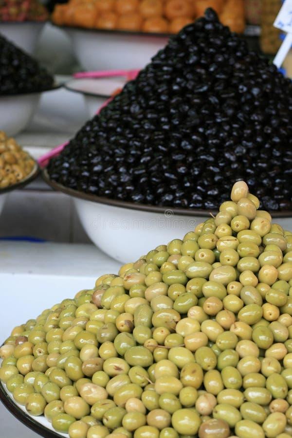 olives noires et vertes sur le marché image stock