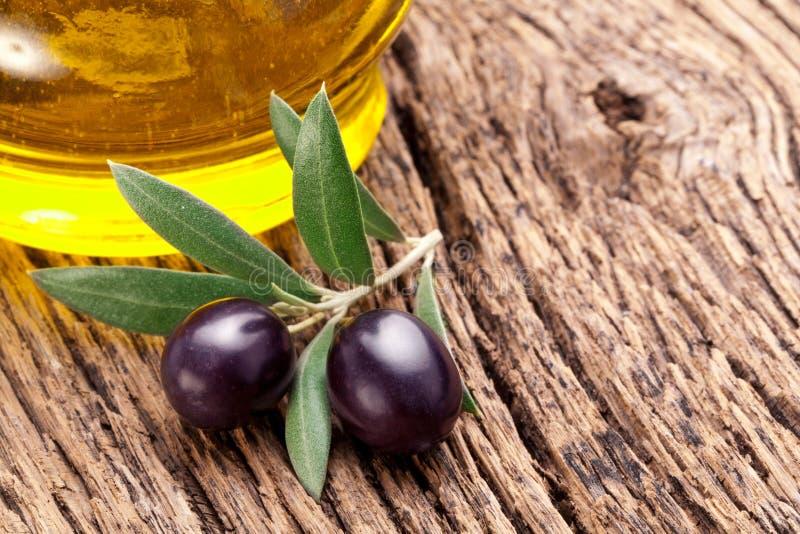 Olives noires mûres avec des lames. photo stock