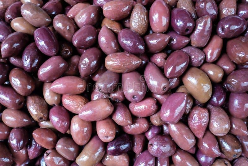 Olives pourpres marinées de Kalamata comme fond, plan rapproché photos libres de droits