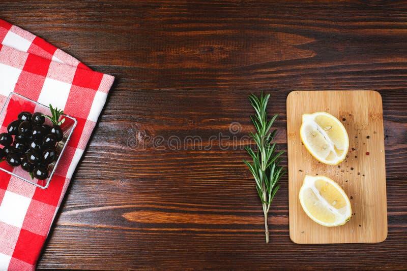 Olives sur la table en bois image libre de droits