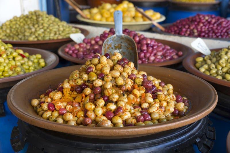 Olives sur un marché au Maroc image stock
