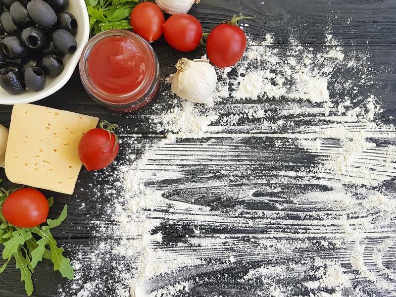 Olives, tomates, ail, légume frais de dîner d'ingrédient de cuisine de farine de ketchup préparant sur un cadre en bois, faisant  photos libres de droits