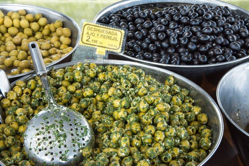 Olives vertes et noires dénoyautées par style espagnol marinées en huile avec l'ail et le persil Cuisine méditerranéenne Tapas d' photographie stock libre de droits