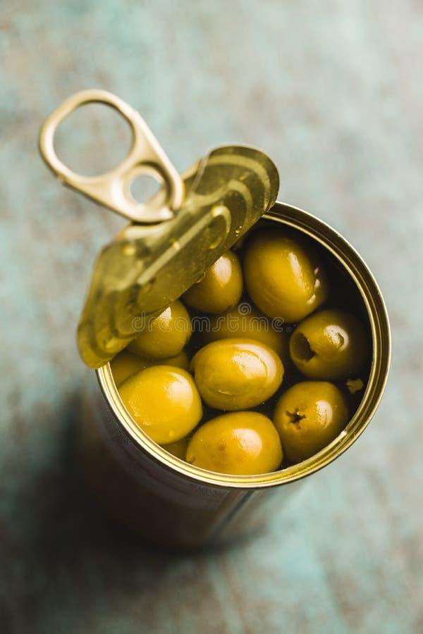 Olives vertes marinées dans la boîte image stock