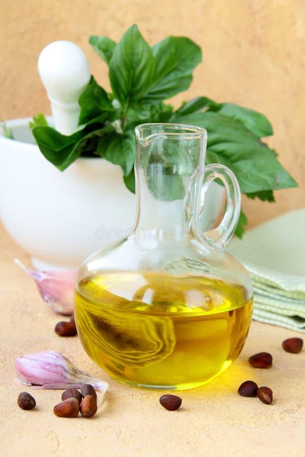olivgrön för olja för basilikavitlökmortel arkivbild