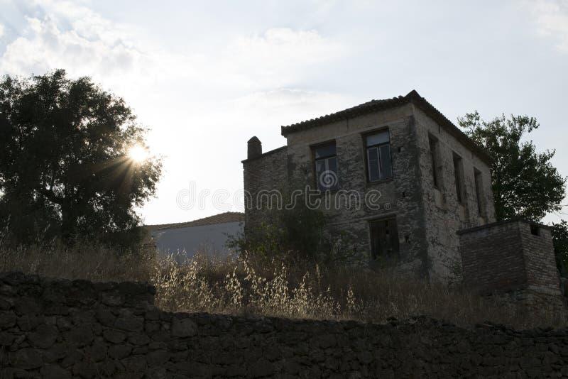 Olivgrönt lantgårdhus Kalamata, Grekland arkivfoton