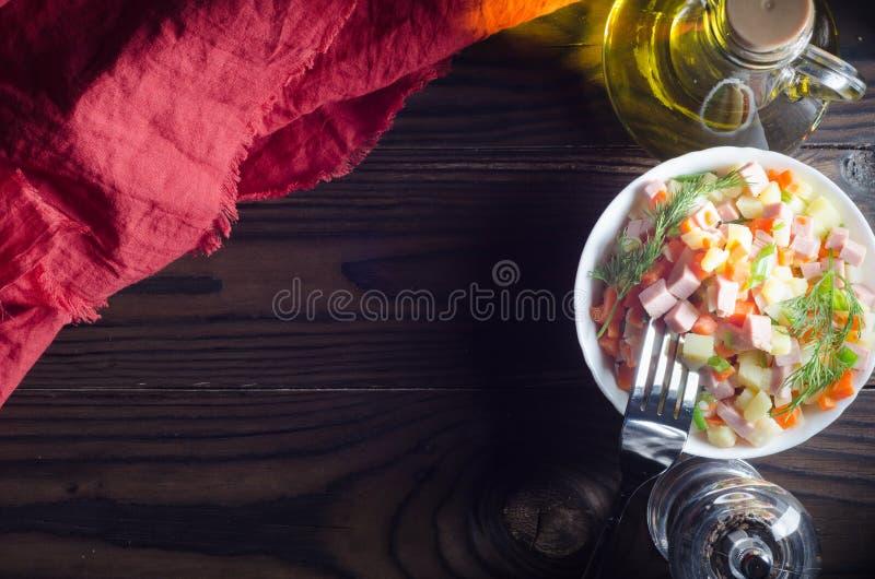 ` Olivier ` салата с овощами и мясом стоковое фото rf