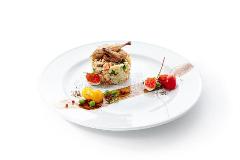 Olivier Salad ou salade russe avec les cailles rôties image libre de droits