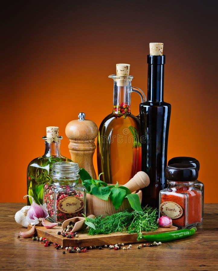 Olivolja, örter och kryddor arkivfoton