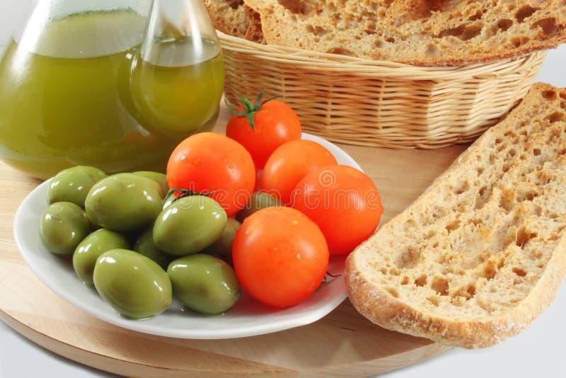 Olivolja bröd, oliv, tomater fotografering för bildbyråer