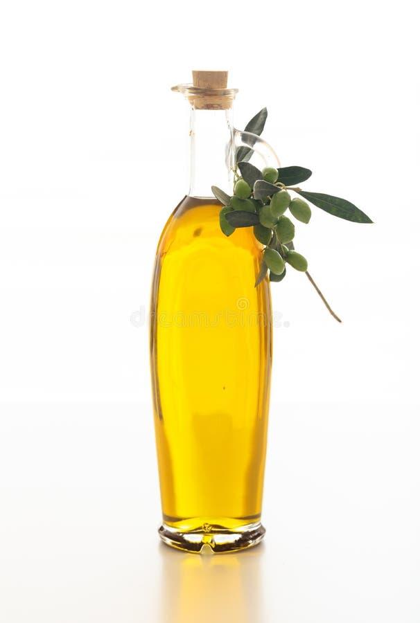 Olivolja i en buteljera på vitbakgrund royaltyfria bilder