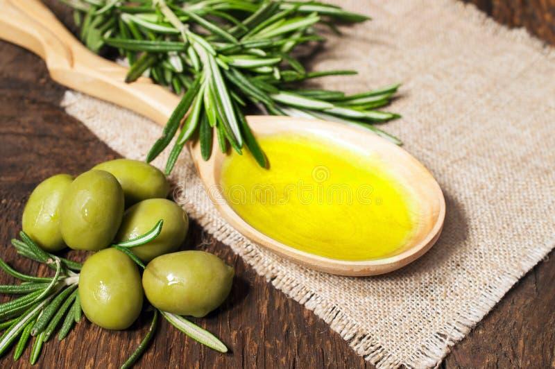 Olivolja i en träsked arkivfoto