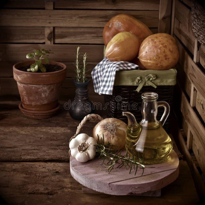 Olivolja i ett kök för gammalt land royaltyfria bilder